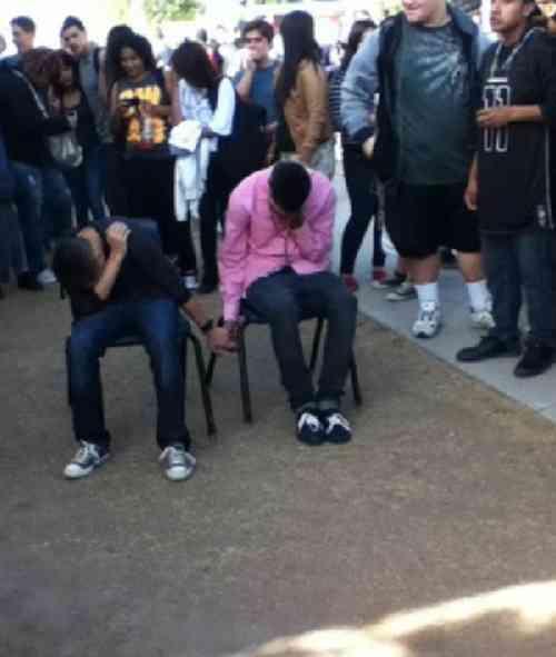 """「ケンカをした者は仲良く手をつないで座りなさい!」アメリカの高校の""""罰""""が恥ずかしすぎる"""
