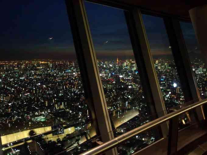 バレンタインに東京スカイツリーの夜景を5組のカップルが独占