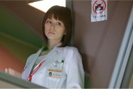 米倉涼子、クールな衣装で美脚チラリ。プロデューサーに笑顔で自らをアピール