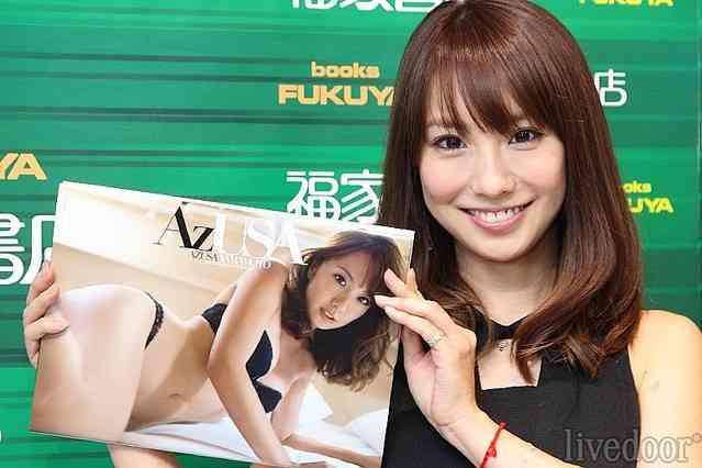 山本梓、写真集発売イベントで「交際は順調?」の問いに笑顔で「はい」と答える