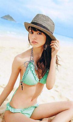帽子を被ってエメラルドの可愛い水着姿の桐谷美玲