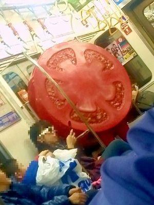 小田急線にトマトが乗っている ...
