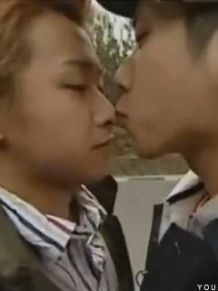 """同性同士のキスフレが高校生の間で流行中…男子高校生「男でも十分やわらかくて""""おぉ""""って感じ」"""