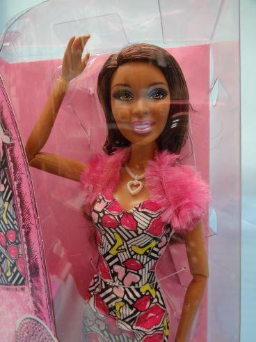 新バージョンのバービー人形の体型が大変なことにww