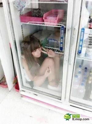 コンビニのアイス冷凍庫の中に入るバカがtwitterで再発掘され炎上中
