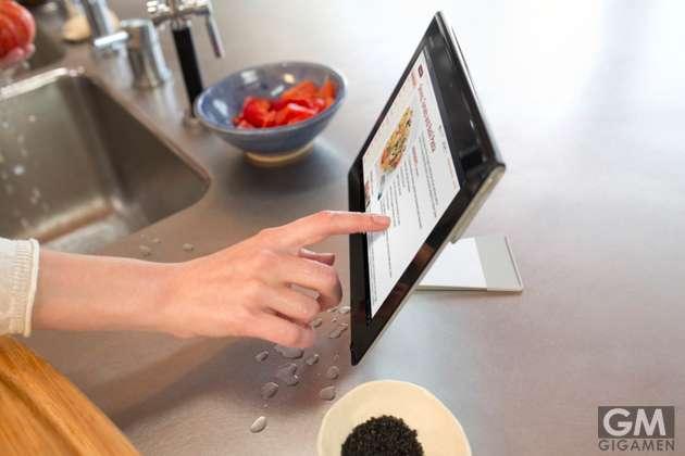 """包丁が使えるタブレット? タッチスクリーン搭載の""""まな板""""が登場"""