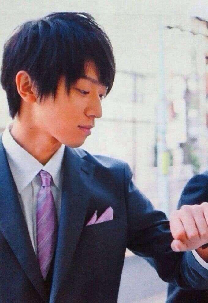 時計を見る小山慶一郎