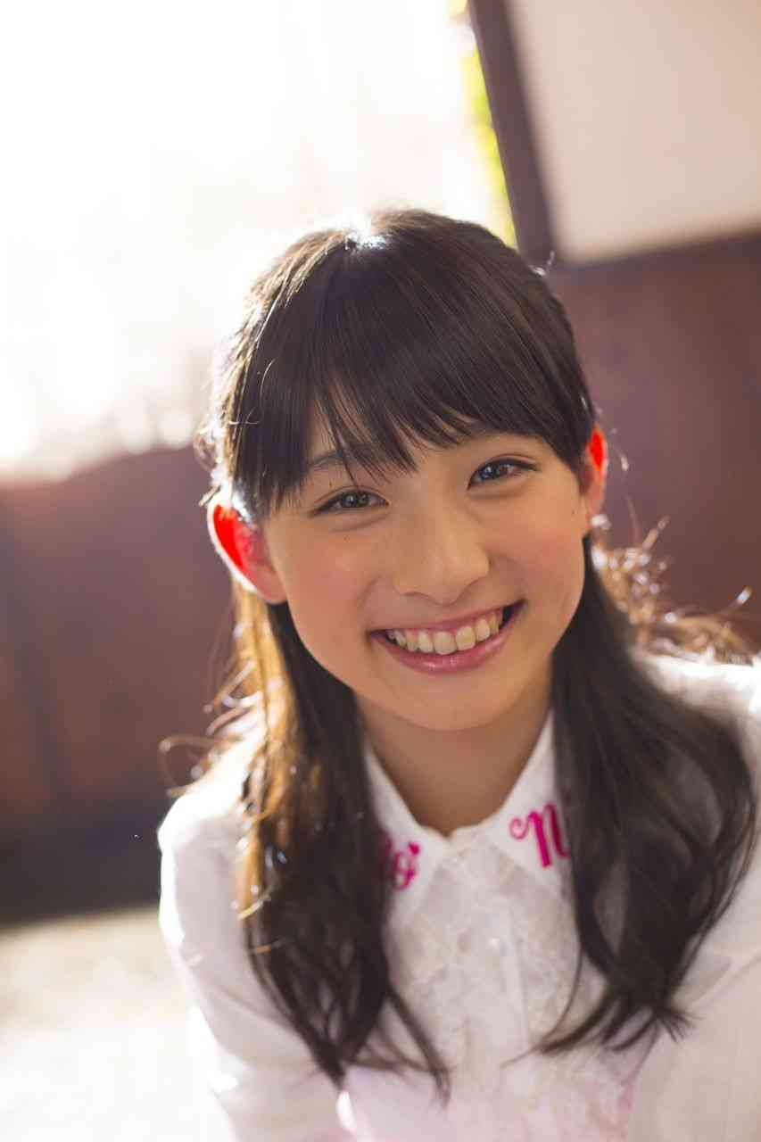 光り輝く笑顔を見せる吉田里琴
