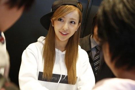 元AKB48板野友美、限定ショップ『little Tomo SHOP』に行列…ミニスカで接客も