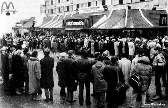 マクドナルドがベトナムに初出店→街中から人が集まり凄まじい行列になってるw