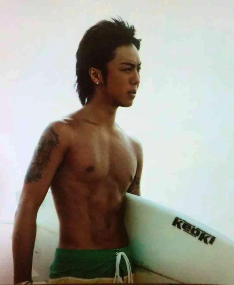 海パンを履いてサーフボードを持っているEXILEのTAKAHIROの画像