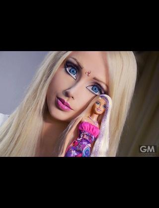 「バービー人形」になりたいと願う38歳女性、催眠術で知能をなくしてダッチワイフのようになることを希望