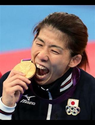 """JOCの""""メダル噛むな指令""""で複合銀・渡部暁斗メダル噛めず…「『かんで』と言われたけど何とかやり過ごした」と苦笑い"""