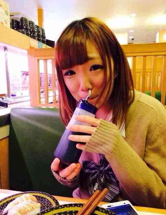 【Twitter】女の子が醤油に鼻を突っ込んで大炎上