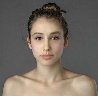 「完璧に美しい顔」とは? 自分の顔写真を世界各地で「修正」してもらった女性が話題に