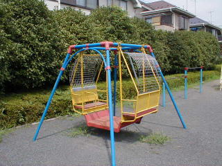 児童公園の遊具に異変…ジャングルジムが半減し健康遊具増加