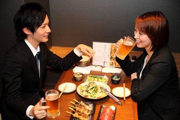 彼氏が女友達や職場の後輩女性と二人で飲みにいくのはあり?