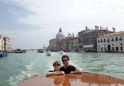 保田圭、夫とのイタリア旅行でセクシー水着を披露