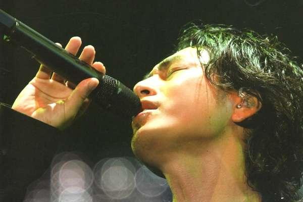 歌っている時の歌手の画像を貼るトピ