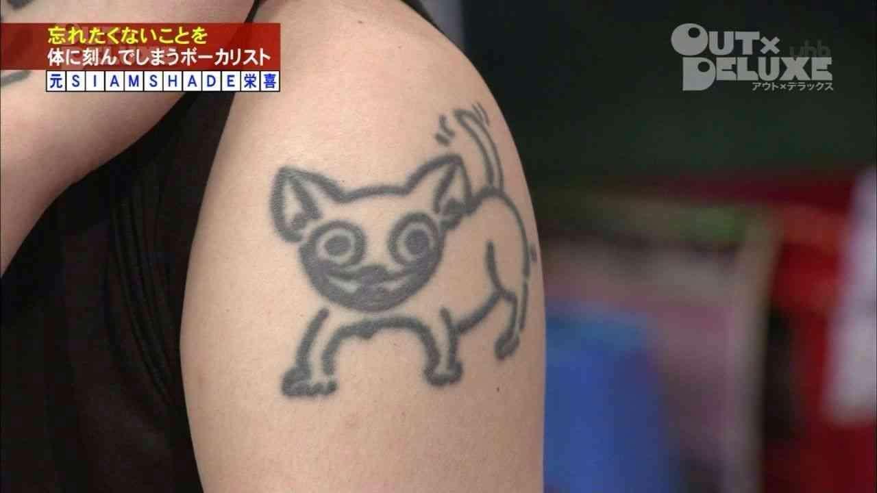 板野友美のブログの写真にEXILEのTAKAHIROが写っていたと話題に