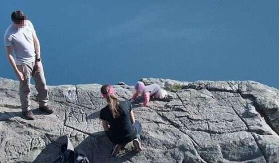 ノルウェーのパルピット・ロックで赤ちゃんの記念写真を撮る親→危ないと話題に