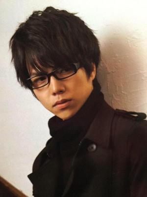 黒いコートにマフラーに黒のメガネ姿の凛々しい重岡大毅