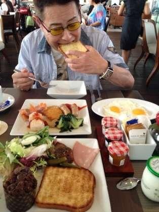 美味しそうに食べてる人の画像