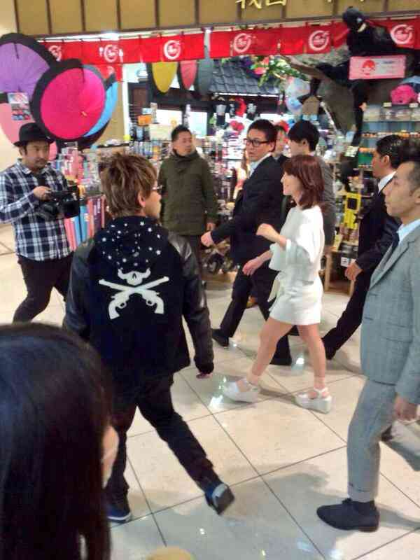 浜崎あゆみ、ナマ足ショートパンツ姿で屋外イベント
