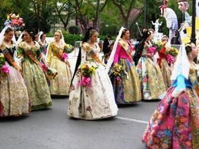 民族衣装が集まるトピ