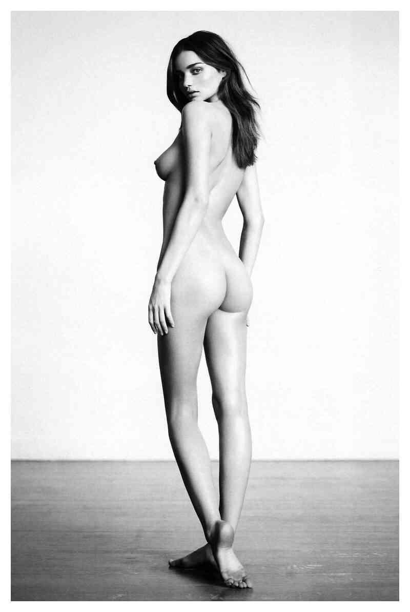 ミランダ・カー、ショーツ1枚の大胆セミヌード披露 世界中から称賛の声