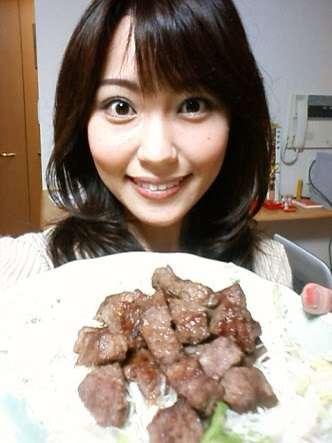 グラビア界に嵐を起こす43歳の「お天気お姉さん」中川祐子、ビキニ姿を披露