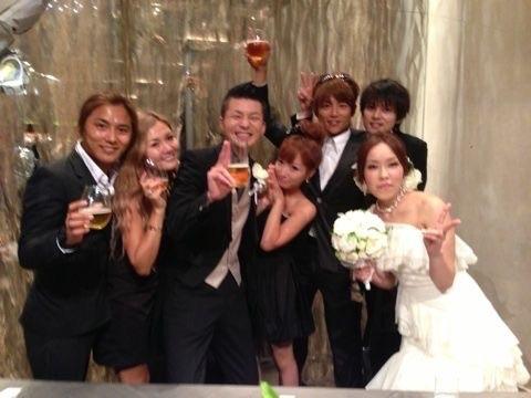 辻希美、後藤真希の結婚式に白ドレス+ピンクファーで参列