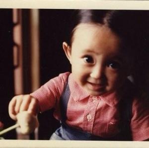幼い頃から顔立ちはどう変わりましたか?