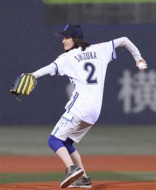 荒川静香さんの柔軟すぎる投球フォームにスタンドどよめく
