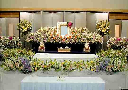 故人の希望なら簡素な葬儀にしますか?