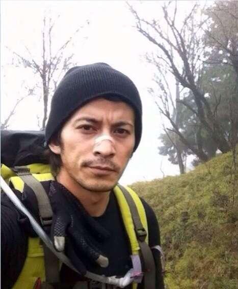がっちり装備で登山をする岡田准一