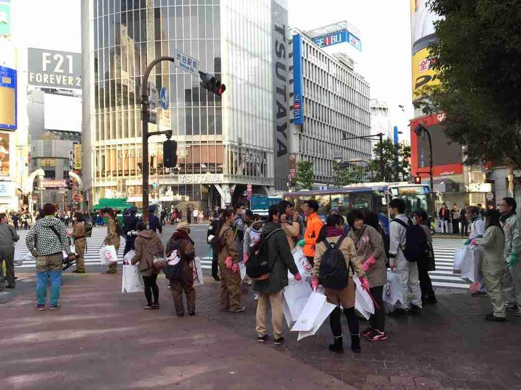ハロウィン翌日の渋谷で子どもたちがゴミ拾い 大人たちにモラルを問う声