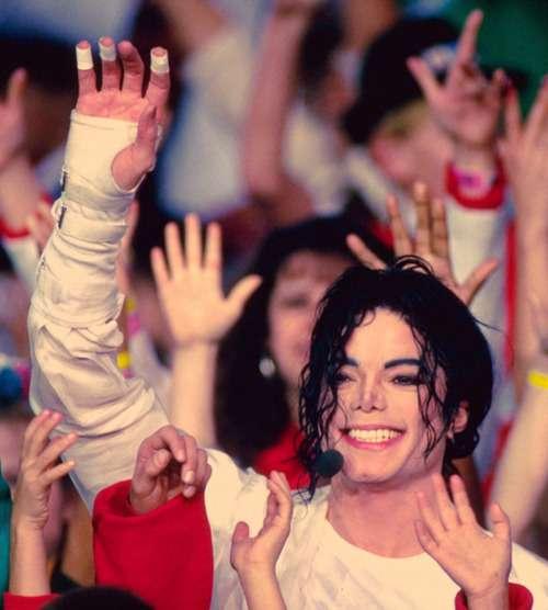 笑顔で手を上げるマイケルジャクソン