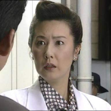 話を聞いて驚いた表情をする名取裕子