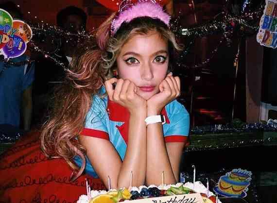 ローラ、ボーリング場で26歳の誕生日パーティー 水原希子らも駆け付け祝福
