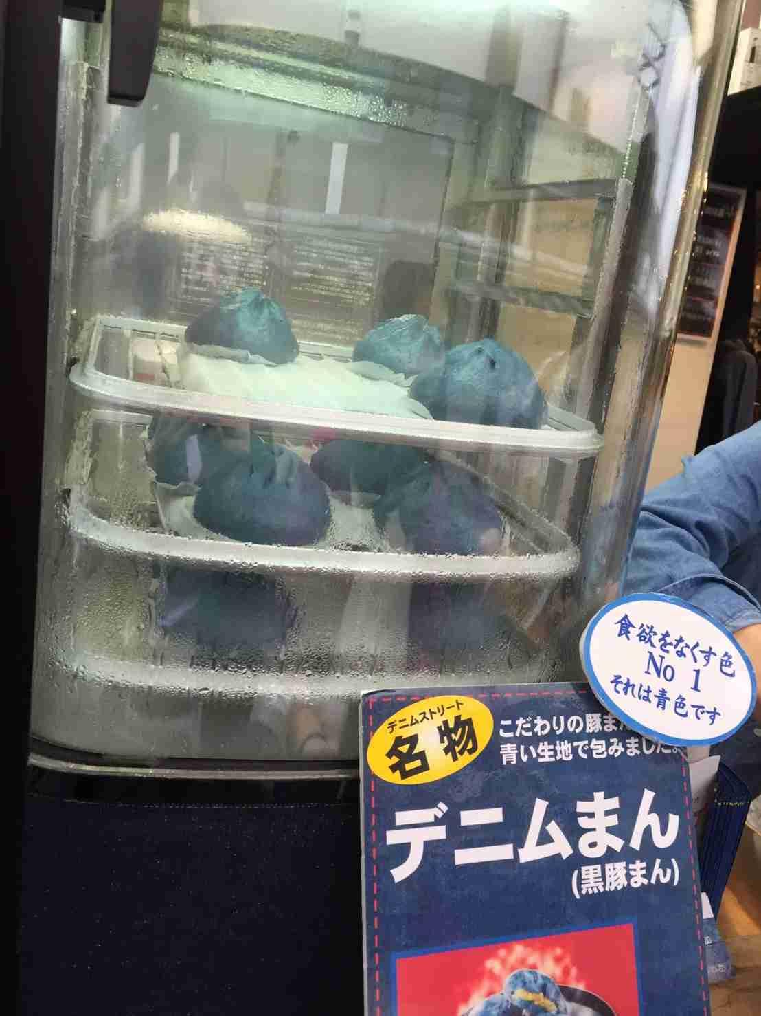鮮やかな藍色「デニムつけ麺」登場 幅11センチの麺も
