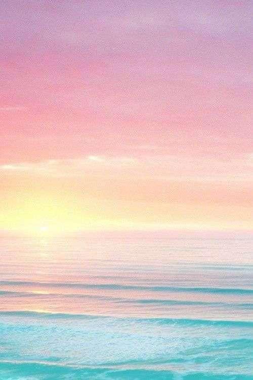 ピンクに染まる海