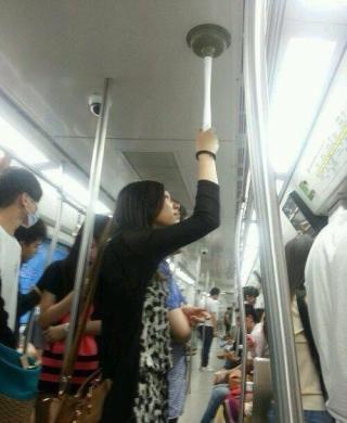 みんなは電車のつり革につかまる派?つかまらない派?