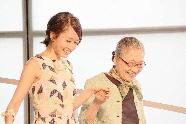 前田敦子、幸せオーラ全開のウエディングドレス姿を初披露!