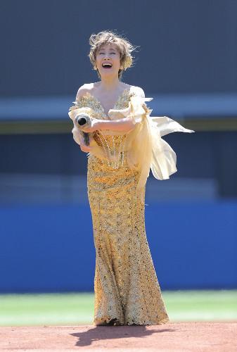 小林幸子 超始球式でバズーカぶっ放し「999キロ」