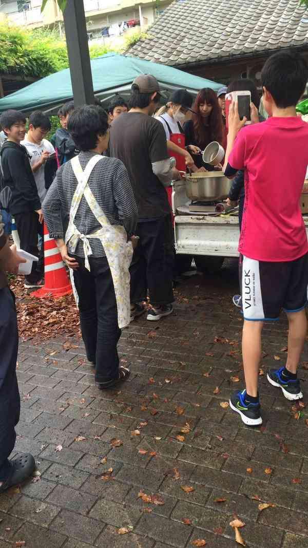 ローラが熊本避難所で炊き出し 志願しお忍び訪問