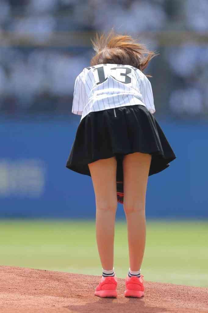 篠田麻里子がミニスカで始球式、ノーバン果たせず自己採点は「30点」。