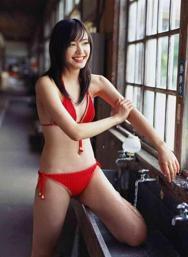 鶴田真由さんのインナー姿