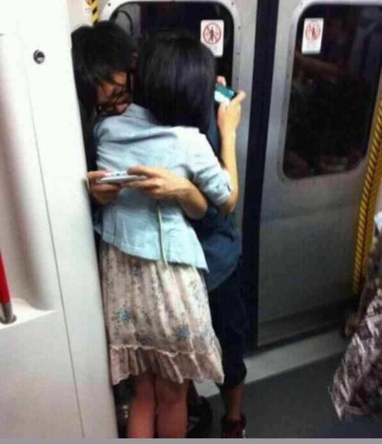 駅や電車内でのカップルのいちゃつきは犯罪?あまりにも度が過ぎれば「公然わいせつ罪」に