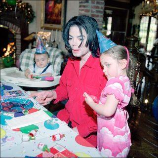 マイケル・ジャクソンの娘、父のジャケ写をタトゥーに